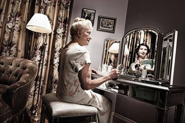 Из Зазеркалья грустно смотрит женщина...