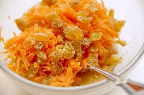 Простой морковно — фруктовый салат с изюмом