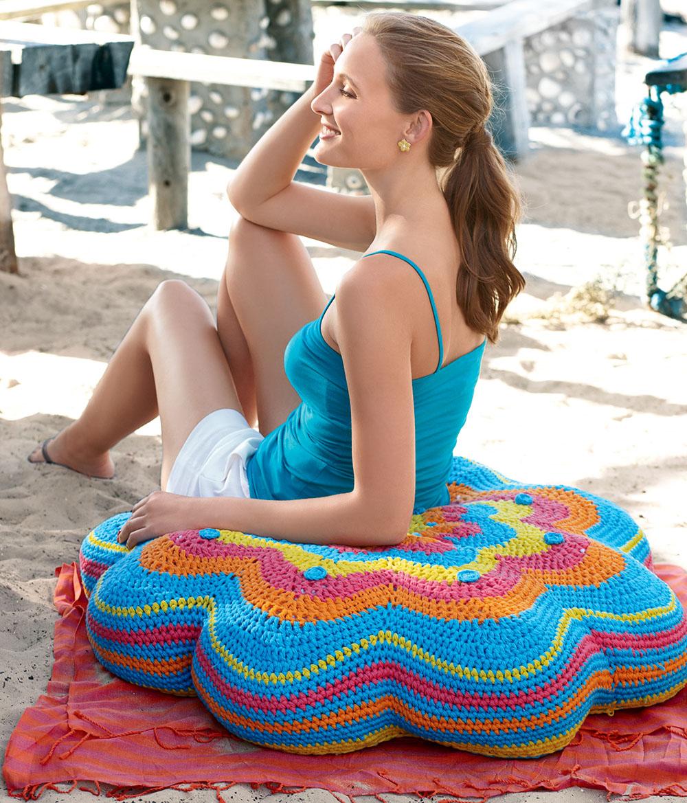 Разноцветная напольная подушка крючком