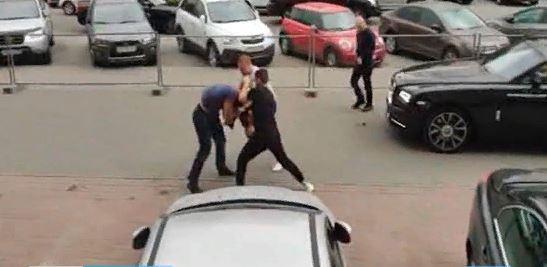 Водитель Rolls-Royce ехал по тротуару и напал на пешехода, который сделал ему замечание