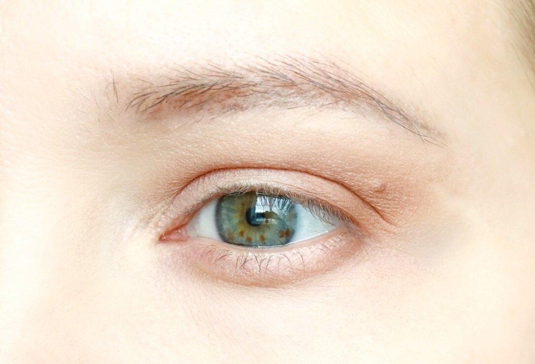 Добавить карандаш по линии роста ресниц и тушь - и макияж на каждый день готов