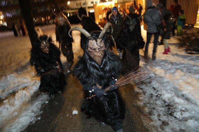 Юные австрийцы тоже облачаются в костюм демонического существа австрия, крампус, мир, парад, праздник, фото, шествие