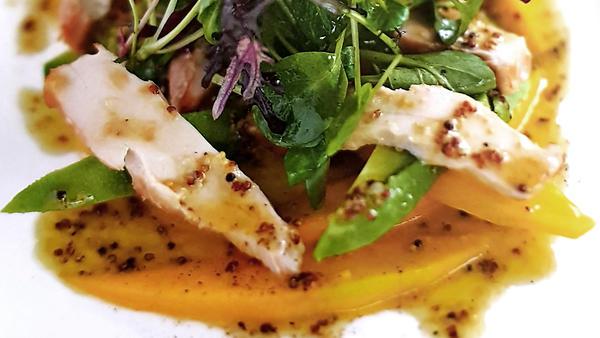 Салат из манго и авокадо с копченой курицей: рецепт от шеф-повара Гордона Рамзи