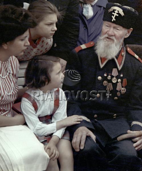 Участник русско-турецкой войны 1877-78гг Константин Викентьевич Хруцкий (112 лет) в форме болгарского ополченца. 1963 год (2)