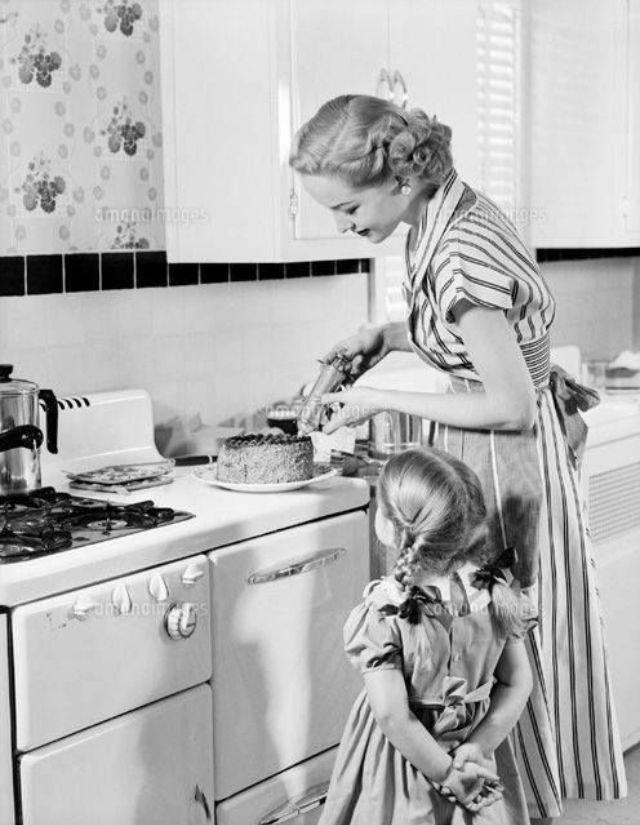 6) Девочки всегда были рядом с мамами. Они наблюдали, как готовить, стирать, убирать, старались помочь воспитание, дети, интересно, родители, фото, чему учат детей сегодня