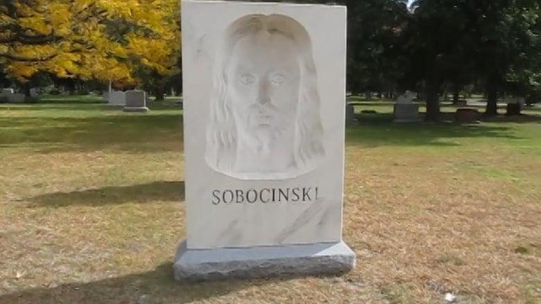 Проходя на кладбище мимо этого надгробия, люди начинают креститься...