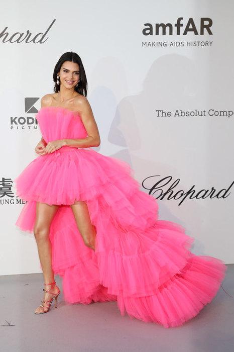 Асимметричные платья снова в тренде – отличный выбор для новогодних вечеринок