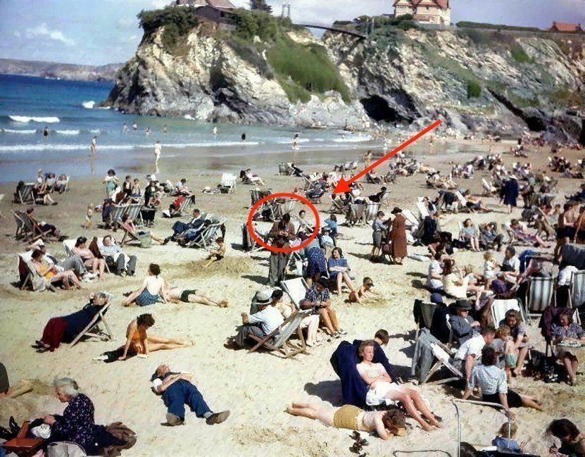 На снимке 1943 года разглядели «путешественника во времени» со смартфоном
