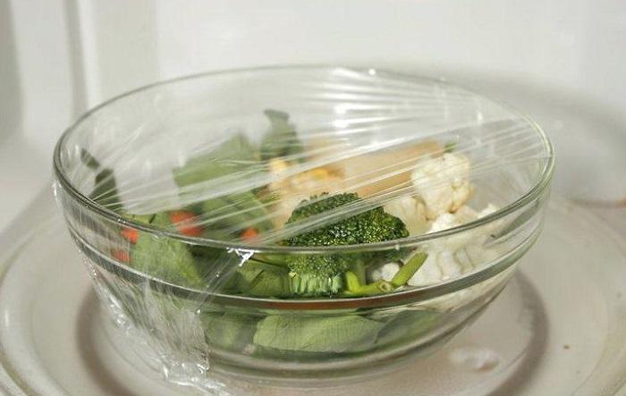Овощи нужно положить в специальную емкость и накрыть пищевой пленкой. / Фото: ledi-miledi.ru