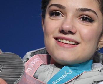Секрет белого шарфа раскрыт: Медведева продемонстрировала, как атлеты из России прятали триколор в форме