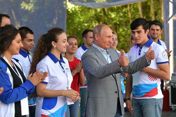 Путин: К сожалению для государства, волонтеры эффективнее бюрократов