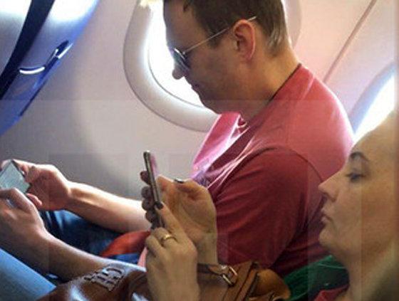 Навальный написал в Кремль и улетел из России