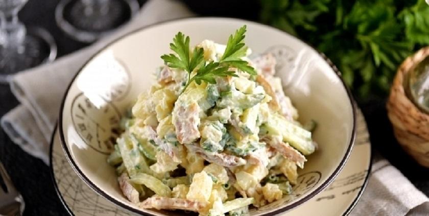 Сытный салат из копченых ушек и картофеля: калорийно, но очень вкусно!