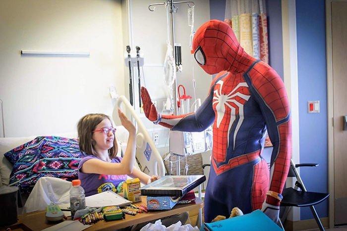 Мужчине диагностировали посттравматическое стрессовое расстройство и депрессию, но он продолжает верить в свое дело болезнь, герой, история, костюм, мужчина, помощь, ребенок, человек паук