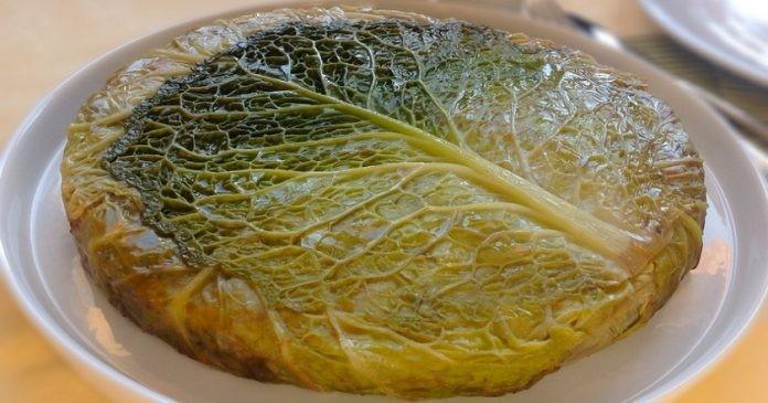 Оригинальный капустный пирог с соусом. Зачем готовить 30 маленьких голубцов, если можно приготовить большой?