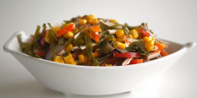 Рецепты: Салат из морской капусты с кукурузой, крабовыми палочками и болгарским перцем