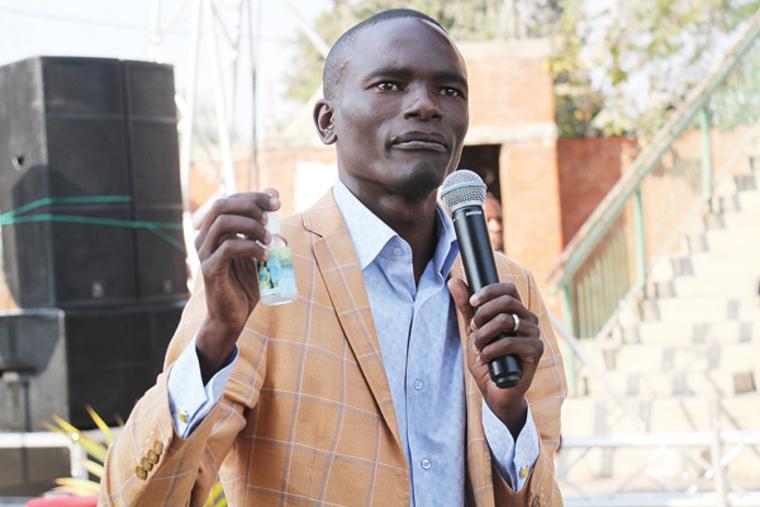 До чего дошел прогресс: Африканский пастор позвонил богу прямо во время службы.