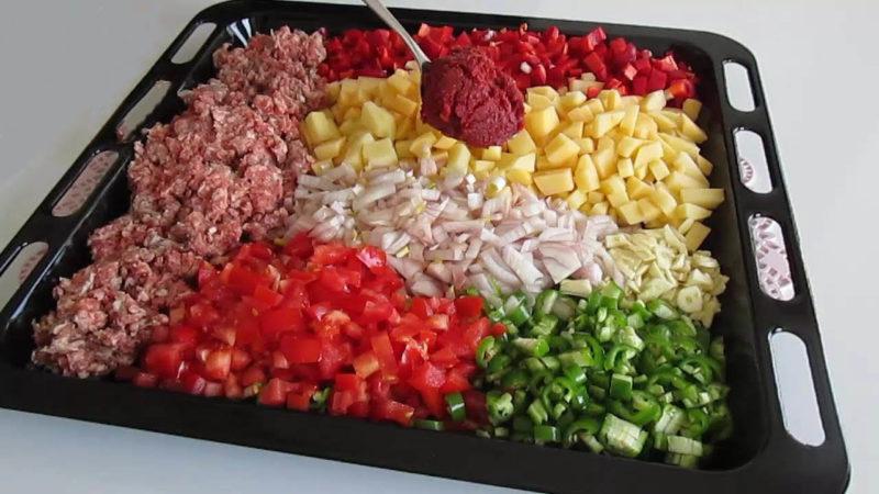 Проще не придумаешь: нарезать, поставить в духовку — и ужин на всю семью готов