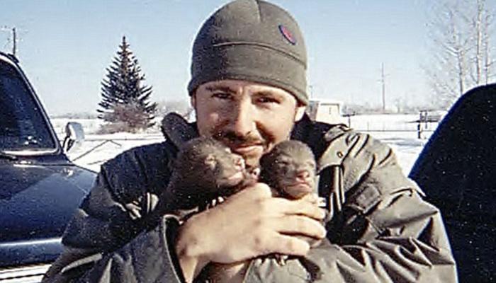 Этот парень нашел двух медвежат возле умершей матери. Произошедшее потом не передать словами…