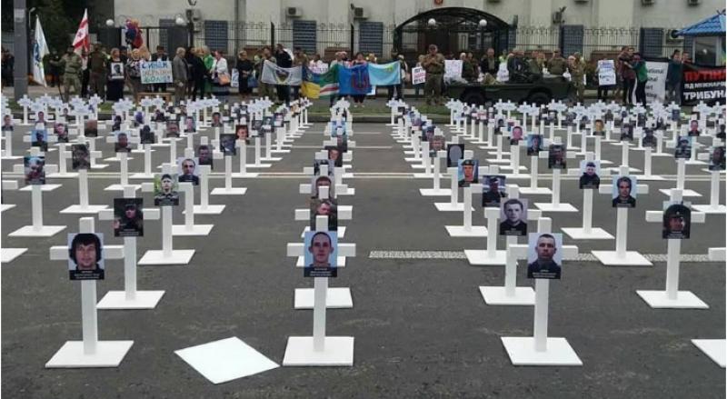 В Киеве возле российского посольства патриоты соорудили кладбище боевиков «АТО»