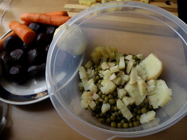 С горошка слить воду, картофель нарезать кубиками. пошаговое фото этапа приготовления винегрета