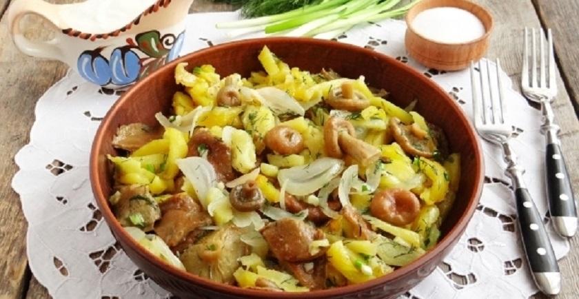 Жареная картошка с солеными грибами: простое постное блюдо