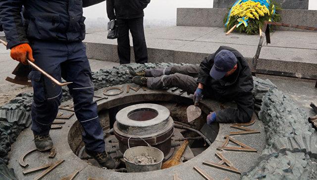 Вечный огонь в Киеве вандалы снова залили цементом