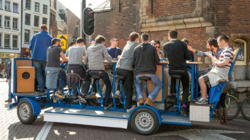 Катись отсюда! Жители Амстердама выгнали с улиц, популярные у туристов, пивные велосипеды