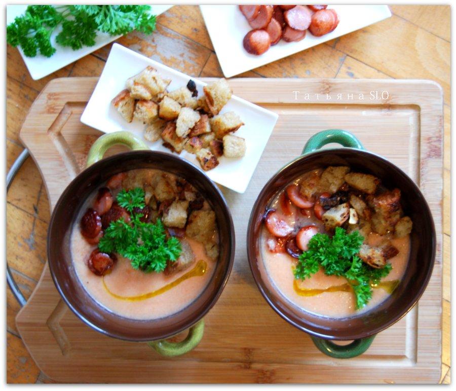 Гаспачо с сосисками и жареным хлебом. Фото-рецепт.