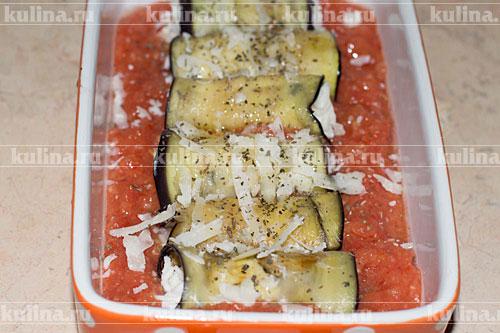 Сбрызнуть оливковым маслом, посолить по вкусу, посыпать базиликом и пармезаном.