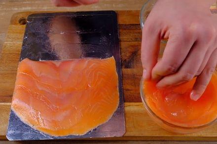 Особенный бутерброд с лососем, авокадо и яйцом пашот. Этап: 1