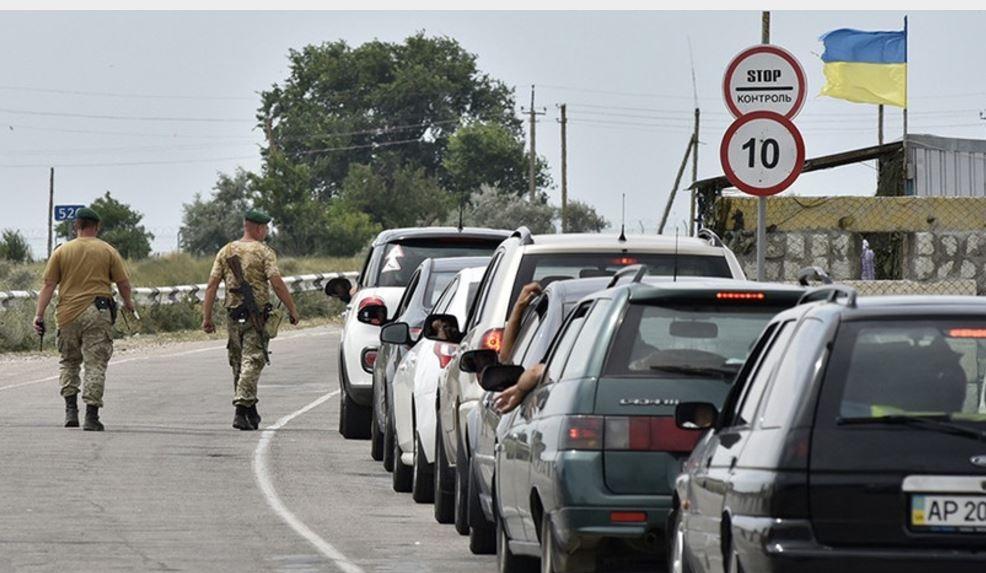 Поезда переполнены, километры автомобильных очередей: Украинцы повально рвутся в Крым