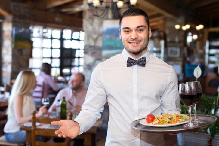 Как официант, понявший что может остаться без чаевых, сразу «вспомнил» русский