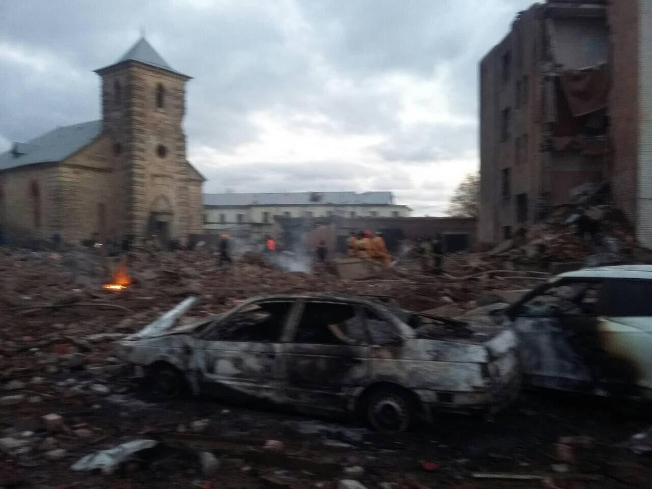 По завалами «Авангарда» после взрыва могут находиться люди