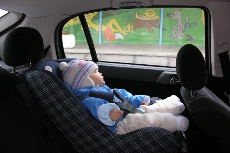 Детей запретили оставлять одних в машине. В ПДД внесены очередные поправки о перевозки детей и правил обгона