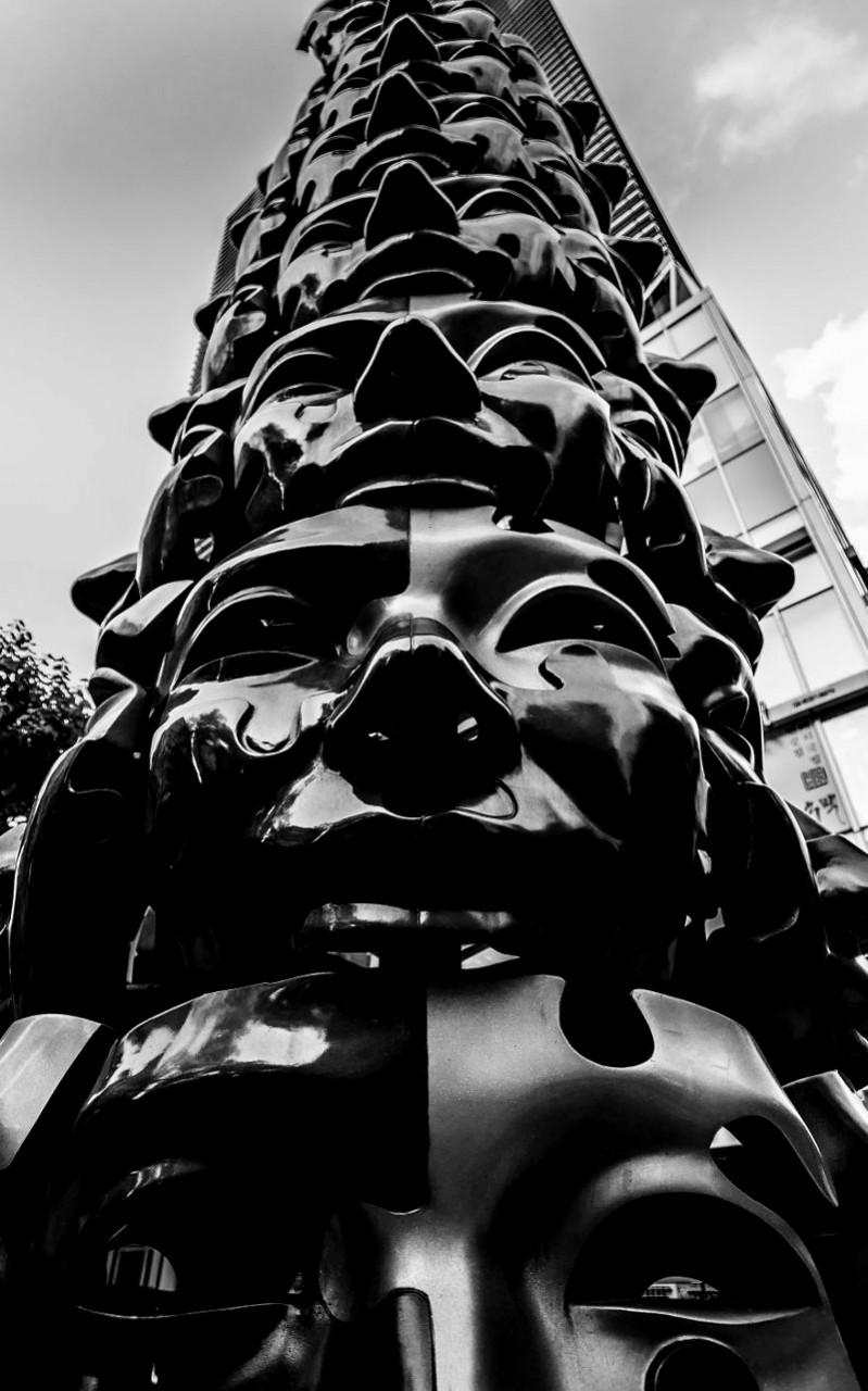 """""""В Сеуле много странных статуй. К ним нет объяснений, но они каким-то образом заставляют задуматься"""" корея, моменты, планета, путешествия, страна, фото, фотограф, южная корея"""