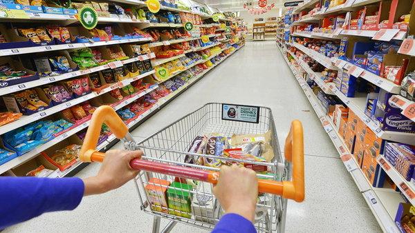 Как супермаркеты заставляют нас покупать больше?
