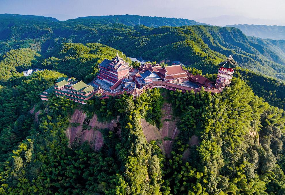 Храм в живописнейшем районе в провинции Сычуань, Китай