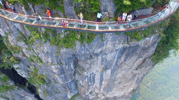 Стеклянный мост над бездной, который не каждый отважится перейти (9 фото)