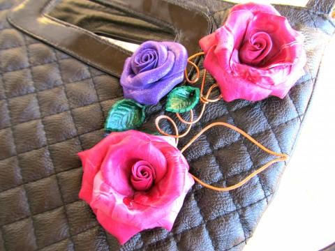 Розы Абракадабра. Брошь на черной сумке