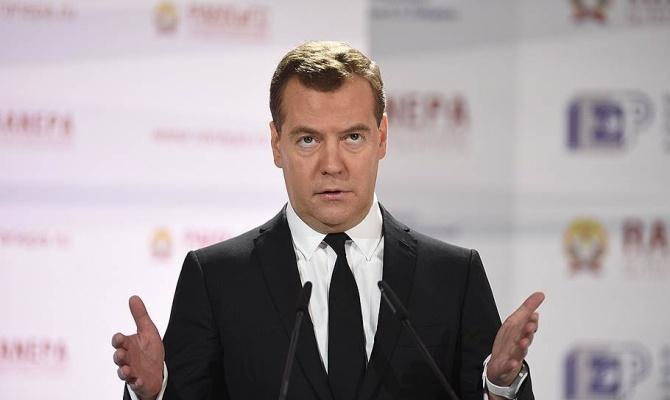 Медведев обещает справиться с кризисом за год