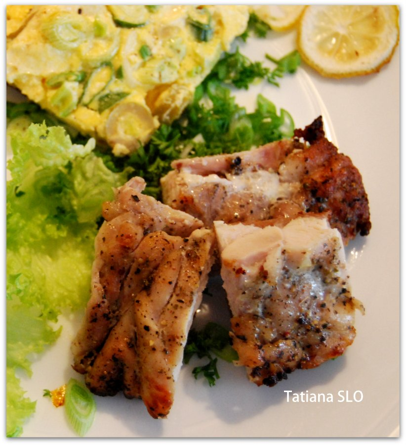 Луковый омлет с сыром фета...окорочок в качестве мясного дополнения)
