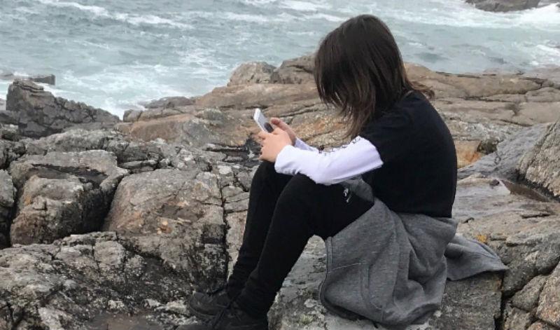 «Мой твитит прям с дерева»: родители делятся фотографиями детей, которые ничего не видят вокруг, уткнувшись в телефон