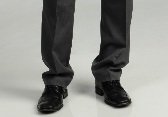 Слишком длинные брюки.