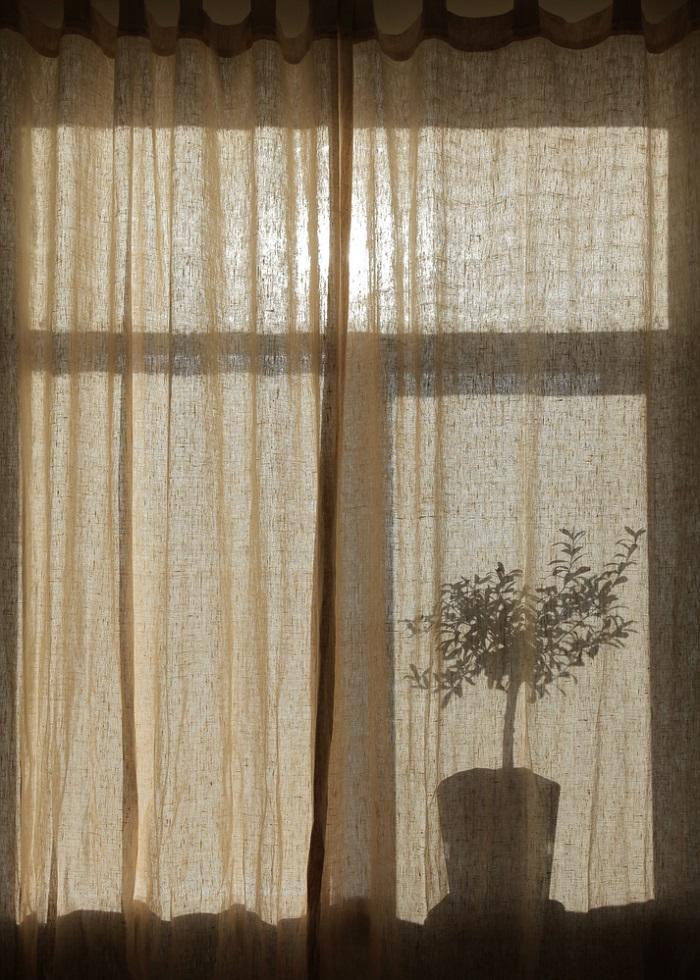 Стоит ли использовать льняные шторы в интерьере