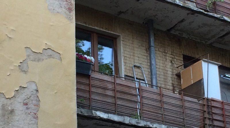 Вот как подарить старенькому балкону новую жизнь