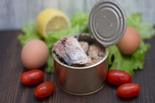 Салаты из консервированной сайры: 5 рецептов к праздничному столу