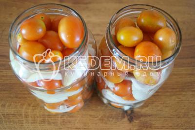 Слоями заложить помидорчики с луком до верха банок