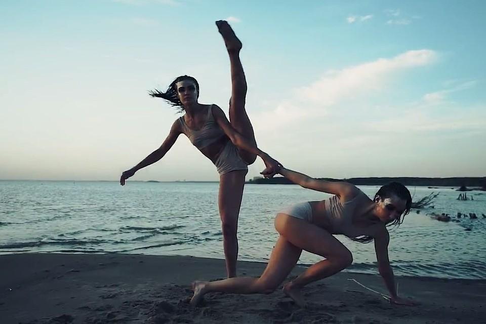 девушки показали «космический» танец на пляже