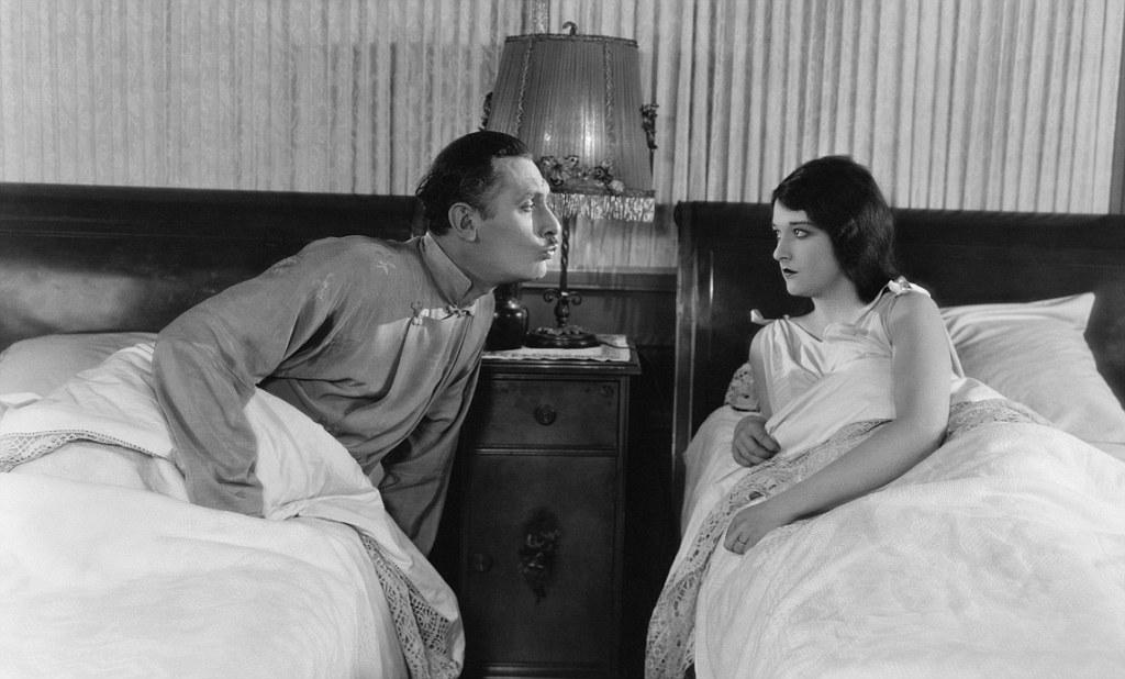 Почему лучше для здоровья спать одному